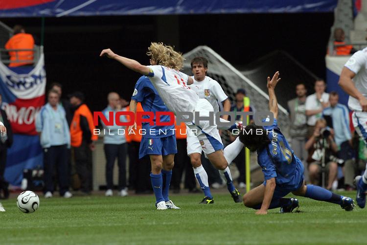 FIFA WM 2006 -  Gruppe E Vorrunde ( Group E )<br /> Play   #41 (22-Jun) - Tschechien - Italien<br /> <br /> Zweikampf Pavel Nedved gegen Gennaro Gattuso<br /> <br /> Foto &copy; nordphoto
