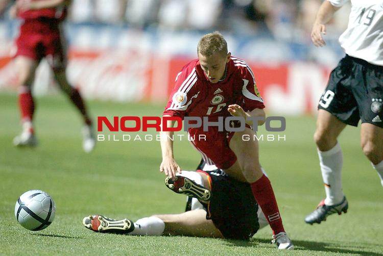Europameisterschaft 2004 Portugal<br /> <br /> Lettland - Deutschland  0:0<br /> <br /> Foul von Christian Woerns an Andrejs Rubins<br /> <br /> Foto &copy; nordphoto<br /> <br /> <br /> <br /> Gemaess Auflage der UEFA duerfen saemtliche Bilder von der EURO 2004 nicht fuer MMS Dienste oder sonstige Dienste via Mobiltelefon oder mit PDAs genutzt werden.<br /> <br /> <br /> <br /> <br /> <br />  *** Local Caption *** Foto ist honorarpflichtig! zzgl. gesetzl. MwSt.<br /> <br />  Belegexemplar erforderlich<br /> <br /> Adresse: nordphoto<br /> <br /> Georg-Reinke-Strasse 1<br /> <br /> 49377 Vechta<br /> <br /> Telefon: 04441-89400 / Fax: 04441-894022
