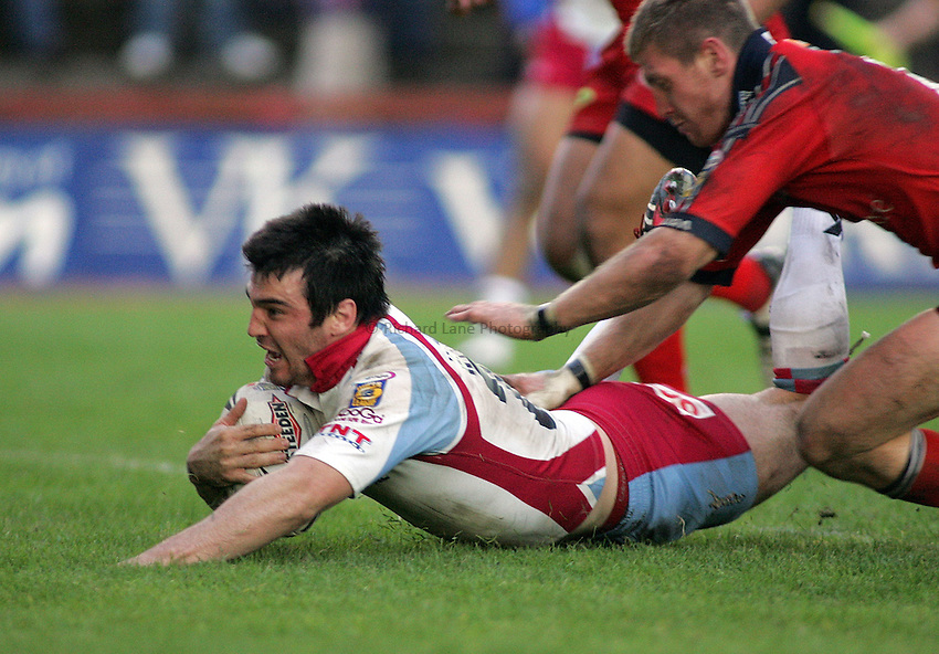 Photo: Paul Thomas..Salford Reds v Harlequins RL. Engage Super League. 29/05/2006. .Pat Weisner of Harlequins scores the winning try in the tackle of Malcolm Alker.