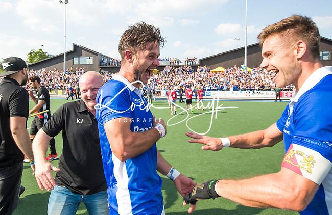 UTRECHT -  Robbert Kemperman (Kampong) met rechts Sander de Wijn (Kampong)  na  de finale van de play-offs om de landtitel tussen de heren van Kampong en Amsterdam (3-1). links assistent-coach Kai de Jager (Kampong)   COPYRIGHT KOEN SUYK