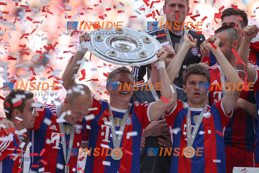 10.05.2014, Allianz Arena, Muenchen, GER, 1. FBL, FC Bayern Muenchen vs VfB Stuttgart, 34. Runde, im Bild Bastian Schweinsteiger #31 (FC Bayern Muenchen)haelt die Meisterschale in der Hand // during the German Bundesliga 34th round match between FC Bayern Munich and VfB Stuttgart at the Allianz Arena in Muenchen, Germany on 2014/05/10. EXPA Pictures &copy; 2014, PhotoCredit: EXPA/ Eibner-Pressefoto/ Kolbert<br /> <br /> *****ATTENTION - OUT of GER***** <br /> Football Calcio 2013/2014<br /> Bundesliga 2013/2014 Bayern Campione Festeggiamenti <br /> Foto Expa / Insidefoto