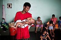 Pour subvenir aux besoins de sa familles et devenir indépendant de l'aide humanitaire, Ramon s'est inscrit en tant que volontaire auprès d'une organisation Taiwanaise qui recrute des locaux pour nettoyer les rues de Tacloban. Il est paye 500 pesos/jours, l'équivalent de 10 euros. Tacloban, Novembre 2013. VIRGINIE NGUYEN HOANG