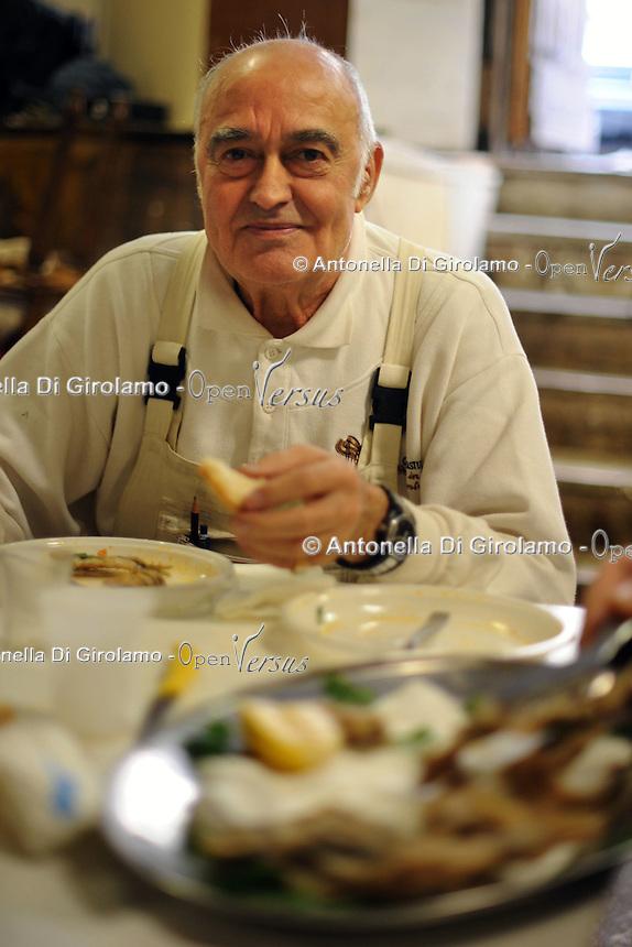 Graziano Azzurri, falegname, carpenter..Vecchi amici. Old friends..Nello storico quartiere di San Lorenzo a Roma, un gruppo di amici si riunisce per pranzo,nella falegnameria di Graziano Azzurri.L' occasione è il compleanno di Vincenzo, 76 anni ex tassista..In the historic district of  San Lorenzo in Rome, a group of friends meets for lunch, in carpentry of Graziano Azzurri. On the occasion of the birthday of  Vincenzo, 76 years ex taxi driver....