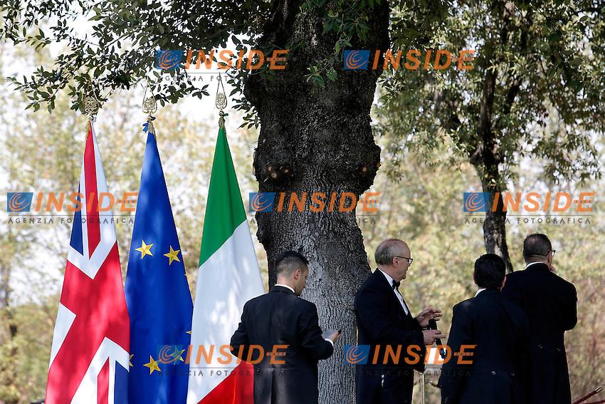 Commessi di Palazzo Chigi con bandiere<br /> Roma 27-07-2016 Villa Pamphilj. Incontro tra il primo ministro italiano e la neo premier Inglese.<br /> Italian Premier meets the new English Prime Minister.<br /> Photo Samantha Zucchi Insidefoto