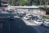 SÃO PAULO, SP, 14.08.2015 -TRÂNSITO-SP - Trânsito na Avenida 9 de Julho com 23 de maio na região central de São Paulo, nesta sexta-feira, 14. (Foto: Flavio Hopp/Brazil Photo Press)
