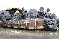 SAO PAULO, SP, 11 DE JANEIRO 2012 - LIMPEZA BARRACAO MOCIDADE - Na manha de hoje (11) varias alegorias da Mocidade foram salva do incendio do dia (09) que consumiu o barracao da escola, algumas delas foram colocada nas calcadas, ja as que foram destruidas so restaram os ferros retorcidos. FOTO: LUIZ GUARNIERI - NEWS FREE).