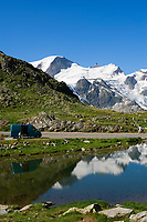 CHE, Schweiz, Kanton Bern, Berner Oberland, Sustenpass (2.224 m) - Grenze der Kantone Bern und Uri: Wohnmobil am Sustenseeli vorm Steingletscher | CHE, Switzerland, Bern Canton, Bernese Oberland, Sustenpass (2.224 m) - border of cantones Bern + Uri: camper at Sustenseeli Lake in front of Stein Glacier (Stone Glacier)