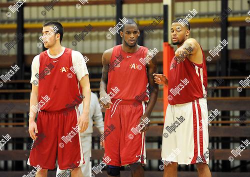 2012-04-22 / Basketbal / seizoen 2011-2012 / Antwerp Giants / Mike Morrison (midden) krijgt aanwiizingen van Julian Vaughn op training ..Foto: Mpics.be