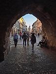 Kraków 2019-09-11 Widok na ulicę Floriańska z podcienia Bramy FLoriańskiej.