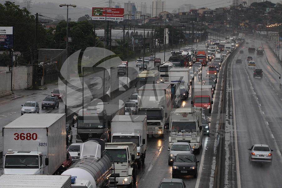 SAO PAULO, SP, 17/01/2012, ALAGAMENTO.  Na Av. Educador Paulo Freire um ponto de alagamento interditou a via, o reflexo do transito chegou at'e a Rodovia Fernao Dias. Luiz Guarnieri/ News Free
