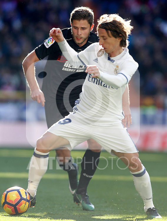 Real Madrid's Luka Modric (r) and Granada CF's Artem Kravets during La Liga match. January 7,2016. (ALTERPHOTOS/Acero)