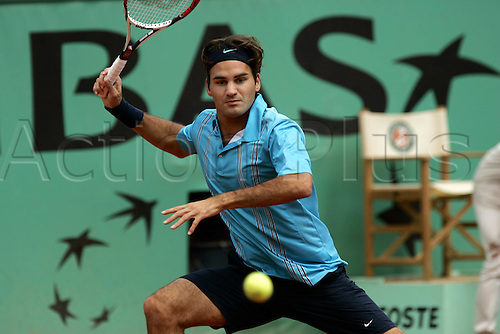 1 June 2007: Swiss player Roger Federer (SUI) plays a forehand during his match against Starace at The French Open Tennis Championships played at Roland Garros, Paris. Photo: Glyn Kirk/Actionplus.....070601 sand clay court male man men