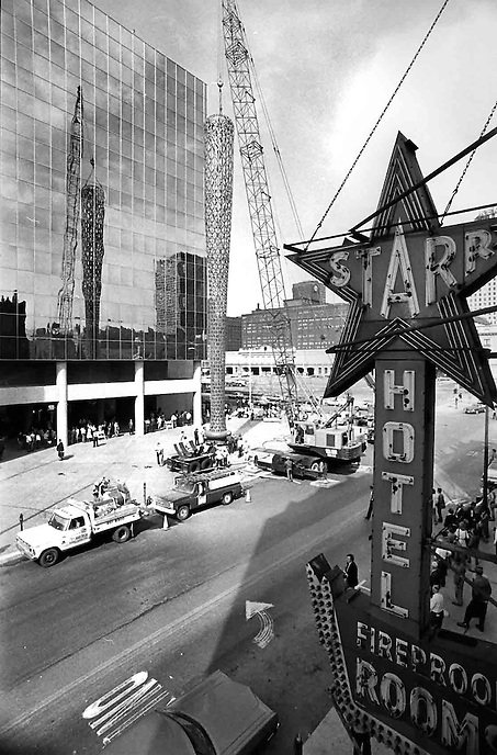 Claes Oldenburg and his Batcolumn, Chicago, 1977