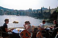 Cafe an der Karlsbruecke, Prag, Tschechien, Unesco-Weltkulturerbe.