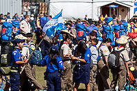 Newly arrived scouts swarming around at the off-loading-point. All very eager to show their nationality. Photo: Kim Rask/Scouterna