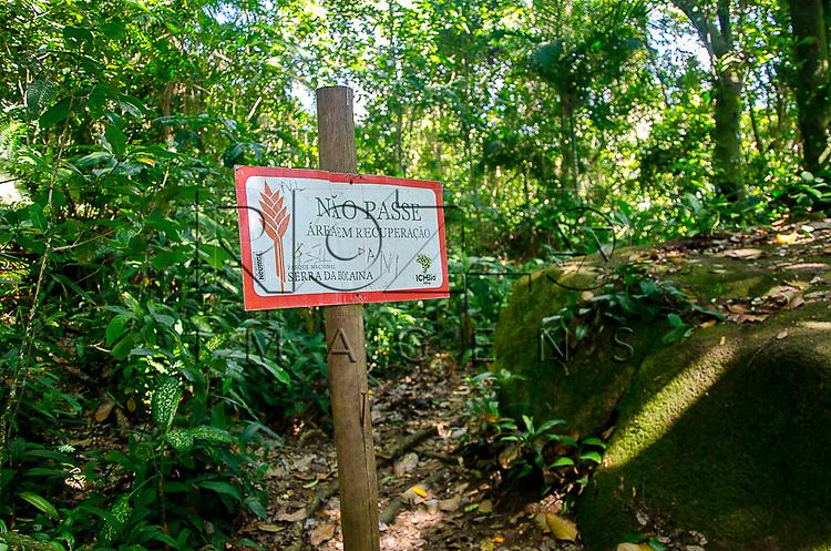 Placa na trilha para a piscina natural do Cachadaço, Vila de Trindade - Paraty- RJ, 12/2013.