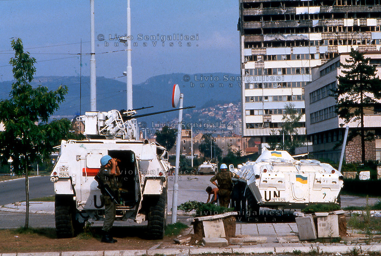 Sarajevo / Bosnia 1994. Caschi blu del contingente Unprofor a bordo di mezzi blindati rispondono al fuoco dei cecchini appostati nel quartiere serbo di Grbavica. View of Sarajevo during the siege. Unprofor peacekeepers respond to fire of snipers in the Grbavica serb district. <br />