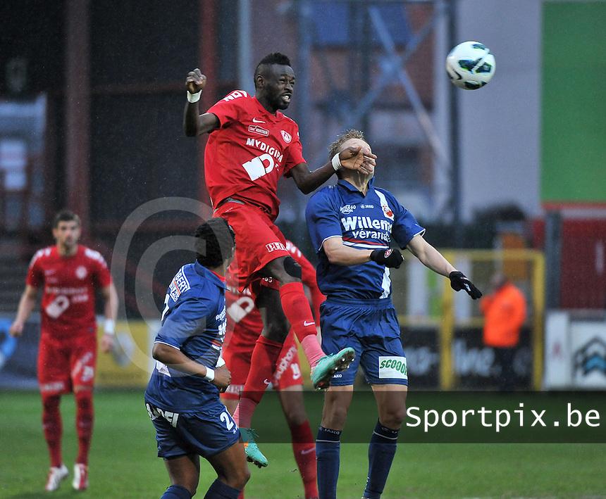 KV Kortrijk - RAEC Mons / Bergen  : Ismaila N'Diaye wint het kopduel (midden).foto VDB / BART VANDENBROUCKE