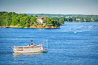 Skärgårdsbåt ipasserar Waldemasudde i  Stockholms inlopp