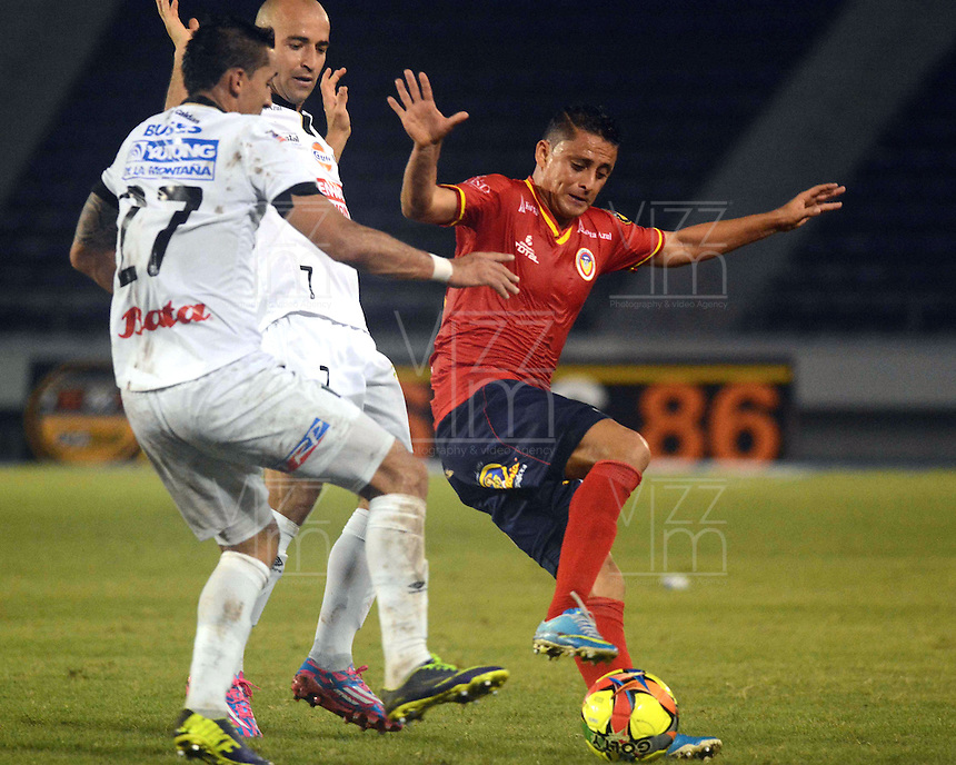 BARRANQUILLA -COLOMBIA-11-OCTUBRE-2014. Giovanni Hernandez (Der)  de Uniautonoma disputa el balon con Jhonatan Lopera  y Edwards Jimenez del Once Caldas ,  partido de la Liga  Postobon 14 fecha disputado en el estadio Metropolitano. / Giovanni Hernandez  (R) of Uniautonoma dispute the ball with Jhonatan Lopera  and Edward Jimenez of Once Caldas , match of the Liga  Postobon 14th date  round match at the Metropolitano stadium  Photo: VizzorImage / Alfonso Cervantes / Stringer