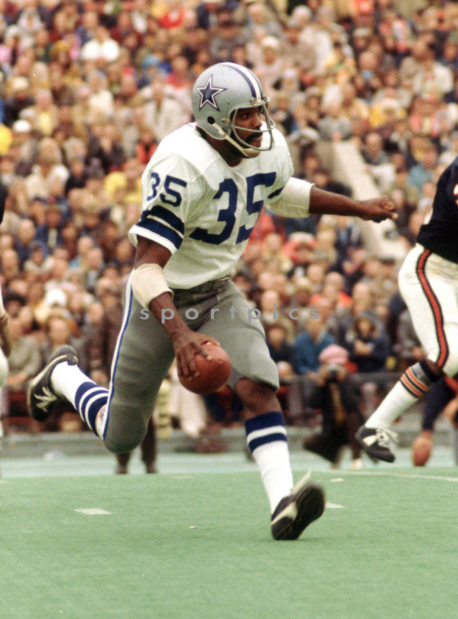 Dallas Cowboys Calvin Hill (35) during a game from his 1973 season with the Dallas Cowboys. Calvin Hill played 12 years, with 3 different teams and was a 4-time Pro Bowler.(SportPics)