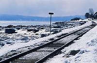 Amérique du Nord, Canada, Québec,  Saint-Irénée : Voie ferrée sur les rives du Saint-Laurent  / North America, Canada, Quebec, Saint-Irénée  : Railway on the shores of the Saint Lawrence River