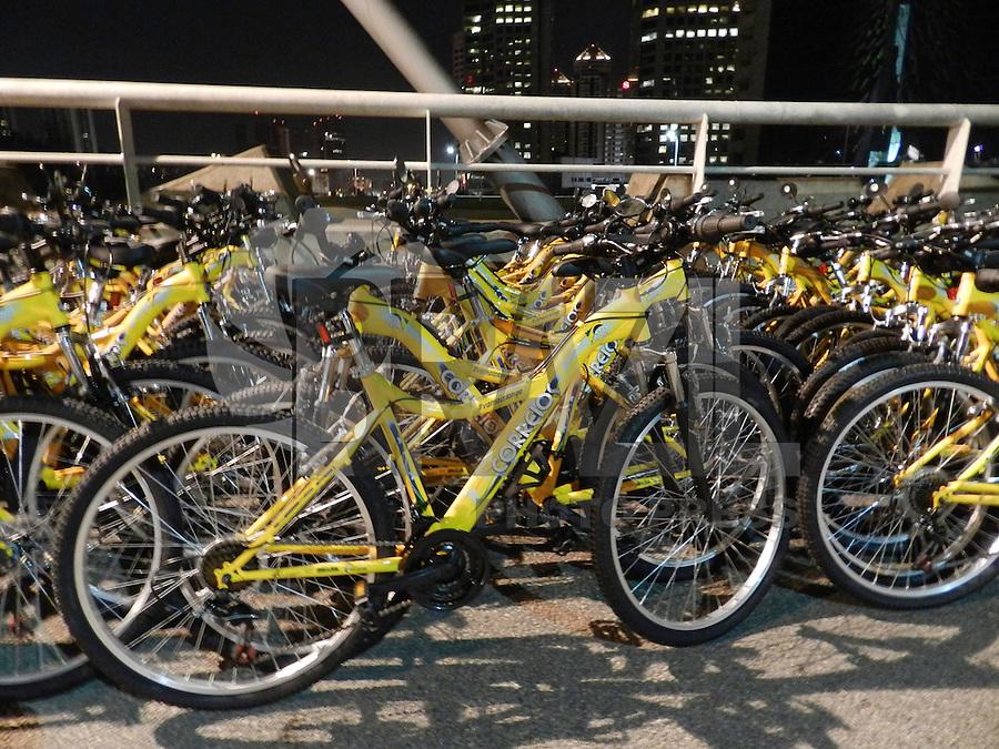 SÃO PAULO - SP -  25 DE JANEIRO 2013. WBT - WORLD BIKE TOUR, montagem de aproximadamente 6.000 bikes nessa madrugada de sexta-feira (25), na ponte Octávio Frias de Oliveira, de onde sairá o tour, as 9:00hs, em comemoração ao aniversário da cidade. FOTO: MAURICIO CAMARGO / BRAZIL PHOTO PRESS.