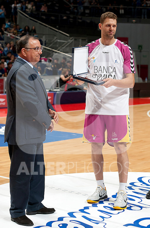 Banca Civica's Pancho Jasen receives the tribute of the Estudiantes club who played for ten years.April 1,2012. (ALTERPHOTOS/Ricky)