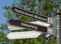 HUN, Ungarn, Budapest, Stadteil Buda, Burgviertel: Wegweiser zu den verschiedenen Sehenswuerdigkeiten | HUN, Hungary, Budapest, Castle District: guidepost to various landmarks, sightseeings