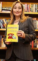 ATENÇÃO EDITOR: FOTO EMBARGADA PARA VEICULO INTERNACIONAL - SÃO PAULO, SP, 24 OUTUBRO 2012 - LANÇAMENTO LIVRO HOMENS QUE FOGEM DE SONIA ABRÃO - Lançamento do livro Homens que Somem de Sonia Abrão o livro tem por finalidade não só registrar a angústia feminina com essa questão como também trazer à tona o que se passa na cabeça dos homens no momento em que decidem fugir depois de um encontro, de um romance e de um casamento. A autora encomendou um estudo ao IBOPE/Inteligência que reuniu grupos compostos por homens e mulheres que já viveram ao menos uma situação como essa, na livraria Cultura na Av Paulista zona sul da cidade nessa quarta,24. (FOTO: LEVY RIBEIRO / BRAZIL PHOTO PRESS)