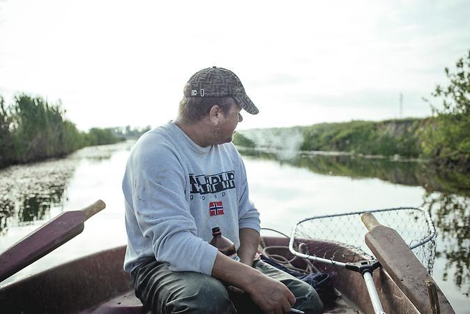 Andrej, auf dem Weg seine Netze einzuholen, Sulina, Rumänien, 2015 / Andrej, on his way to get his fishnets, Sulina, Romania, 2015