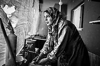 Gaza, Beit Hanoun; Abir Abu Ouda fait sa vaisselle dans une cuisine improvis&eacute;e de sa maison &agrave; moiti&eacute; d&eacute;truite situ&eacute;e juste en face de la fronti&egrave;re isra&eacute;lienne dans le nord de la bande de Gaza. 21/10/2014 <br /> <br /> Gaza, Beit Hanoun; Abir Abu Ouda makes her dishes in an improvised kitchen of her half destroyed house situated just in front of the Israeli border in the North of the strip. 21/10/2014