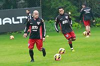 SAO PAULO, SP, 23 DE JULHO DE 2013. TREINO SPFC. Os jogadores Jadson  e Clemente Rodriguez durante o treino do time  do São Paulo Futebol Clube  no Centro de Treinamento na Barra Funda, zona oeste da capital paulista.   FOTO ADRIANA SPACA/BRAZIL PHOTO PRESS.