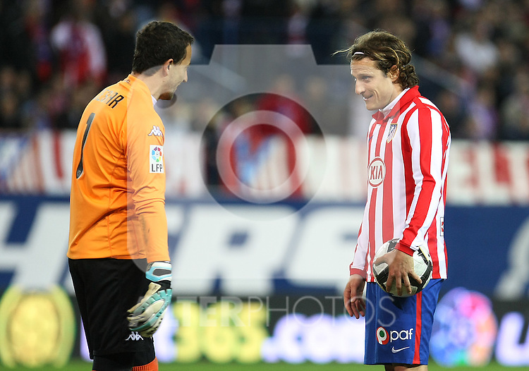 Atletico de Madrid's Diego Forlan (r) and Valencia's Cesar Sanchez during La Liga match.(ALTERPHOTOS/Acero)