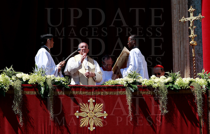 Papa Francesco impartisce la benedizione 'Urbi et Orbi' dalla Loggia centrale della Basilica di San Pietro, in occasione della Pasqua, Citta' del Vaticano, 20 aprile 2014.<br /> Pope Francis delivers the 'Urbi et Orbi' blessing from the central balcony of St. Peter's Basilica on the occasion of the Easter Sunday, at the Vatican, 20 April 2014.<br /> UPDATE IMAGES PRESS/Isabella Bonotto<br /> <br /> STRICTLY ONLY FOR EDITORIAL USE