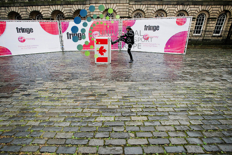 The last day of the Edinburgh fringe festival on the Royal Mile, Edinburgh, Scotland, 27th August, 2012.Picture:Scott Taylor Universal News And Sport (Europe) .All pictures must be credited to www.universalnewsandsport.com. (Office)0844 884 51 22.