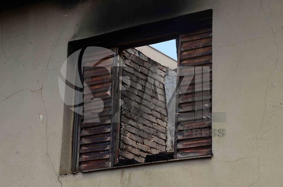 SAO PAULO, SP, 20 DE MARCO DE 2012 - INCENDIO CASA VILA PRUDENTE SP -  Uma mulher de 36 anos morreu no incendio que destrui uma casa na rua Hermeto Lima, na madrugada desta terça-feira, 20, na Vila prudente, zona leste da capital. O incêndio foi controlado pelo Corpo de Bombeiros por volta das 2h da manhã.  FOTO: ALEXANDRE MOREIRA - BRAZIL PHOTO PRESS