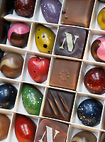 Nederland -  Amsterdam -  2018.  Chocoa Festival in de Beurs van Berlage. Tijdens het Chocoa Festival leer je onder andere over het proces van cacaoboon naar chocoladereep en proef je de enorme verscheidenheid aan smaken van goede cacao en betere chocolade. Bonbons van Patisserie Linnick.    Foto Berlinda van Dam / Hollandse Hoogte