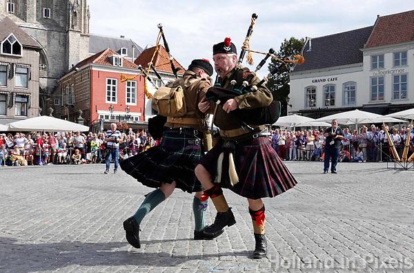 Nederland - Bergen op Zoom - 16 september 2018. Schotse doedelzakspelers. Voorproefje van de herdenking van de bevrijding van de Brabantse Wal. Onderdeel van de Brabant Stoet. Op zondag 16 september 2018 vindt in Bergen op Zoom de Brabant Stoet plaats. Dit is een grootst opgezet festival van de lopende cultuur. Deze vorm van cultuur is kenmerkend voor Brabant. In de Brabant Stoet zijn zo'n honderd vormen van lopende (en rijdende) cultuur te zien zoals gilden, fanfares, steltlopers, reuzen, carnaval, ommegangen en praalwagens. De Brabant Stoet wordt samengesteld met groepen uit zowel Noord-Brabant als Vlaams- en Waals-Brabant.   Foto Berlinda van Dam / Hollandse Hoogte