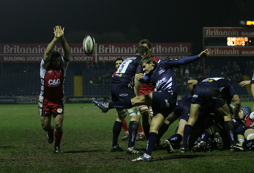 Photo: Paul Thomas..Sale Sharks v Gloucester Rugby. Guinness Premiership. 06/01/2007...Richard Wigglesworth of Sale kicks for touch.