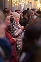Gedenken am Dienstag den 19. Dezember 2017 anlaesslich des 1. Jahrestag des Terroranschlag auf den Weihnachtsmarkt auf dem Berliner Breitscheidplatz am 19.12.2016 durch den Terroristen Anis Amri.<br /> Im Bild: Menschen gedenken am Abend mit Kerzen oder Blumen der Opfer.<br /> 19.12.2017, Berlin<br /> Copyright: Christian-Ditsch.de<br /> [Inhaltsveraendernde Manipulation des Fotos nur nach ausdruecklicher Genehmigung des Fotografen. Vereinbarungen ueber Abtretung von Persoenlichkeitsrechten/Model Release der abgebildeten Person/Personen liegen nicht vor. NO MODEL RELEASE! Nur fuer Redaktionelle Zwecke. Don't publish without copyright Christian-Ditsch.de, Veroeffentlichung nur mit Fotografennennung, sowie gegen Honorar, MwSt. und Beleg. Konto: I N G - D i B a, IBAN DE58500105175400192269, BIC INGDDEFFXXX, Kontakt: post@christian-ditsch.de<br /> Bei der Bearbeitung der Dateiinformationen darf die Urheberkennzeichnung in den EXIF- und  IPTC-Daten nicht entfernt werden, diese sind in digitalen Medien nach §95c UrhG rechtlich geschuetzt. Der Urhebervermerk wird gemaess §13 UrhG verlangt.]