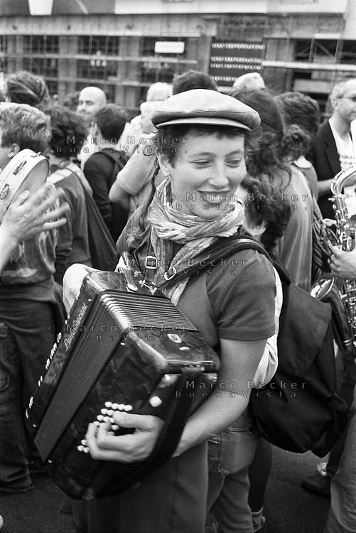 Milano, manifestazione del 25 aprile, anniversario della Liberazione dell'Italia dal nazifascismo. Una ragazza suona la fisarmonica --- Milan, manifestation of April 25, the anniversary of the Liberation of Italy from nazi-fascism. A girl playing accordion