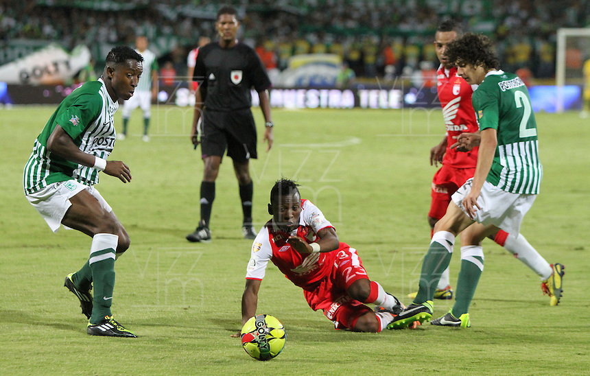 MEDELLÍN -COLOMBIA, 14-07-2013. Jefferson Cuero(Centro) disputa el balón con Oscar Murillo (Izq) y John Valencia (Der) del Atlético Nacional . Primer partido de la final de la Liga Postobón  entre Atlético Nacional e Independiente Santa Fe , jugado en el estadio Atanasio Girardot de la ciudad de Medellín ./ Jefferson Cuero (center) fights for the ball with Oscar Murillo (left) and John Valencia (Der) of the National AthleticFirst game of Postobón League final between Atletico Nacional and who corresponds Santa Fe, he played in the Atanasio Girardot stadium in Medellin<br />