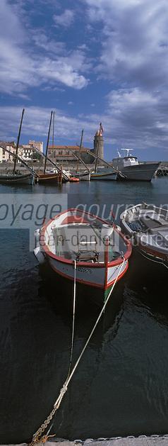 Europe/France/Languedoc-Rousillon/66/Pyrénées-Orientales/Collioure: le port est ses barques catalanes [et l'église avec son clocher dome qui fut l'ancien phare du port]