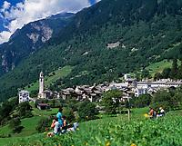 Schweiz, Graubuenden, Blick aufs Bergdorf Soglio im Bergell | Switzerland, Graubuenden, view at mountain village Soglio at Val Bregaglia