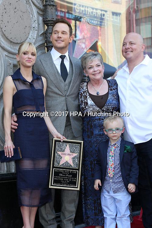 LOS ANGELES - APR 21:  Anna Faris, Chris Pratt, Kathy Pratt, Jack Pratt, his brother at the Walk of Fame Star Ceremony on the Hollywood Walk of Fame on April 21, 2017 in Los Angeles, CA