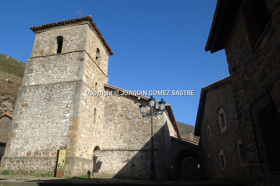 Vista del pueblo cantabro de Barcena Mayor  en la imagen la iglesia de Santa Maria o Santa Agueda.foto JOAQUIN GOMEZ SASTRE©