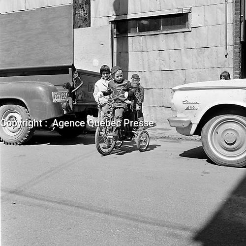 Enfants jouant dans les rues de la ville de Québec, en 1963<br /> <br /> On reconnait un camion FARGO.<br /> <br /> PHOTO : Agence Quebec Presse - Photo Moderne