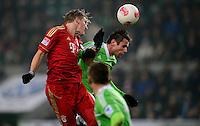 FUSSBALL   1. BUNDESLIGA   SAISON 2012/2013    22. SPIELTAG VfL Wolfsburg - FC Bayern Muenchen                       15.02.2013 Bastian Schweinsteiger (li, FC Bayern Muenchen) gegen Christian Traesch (re, VfL Wolfsburg)