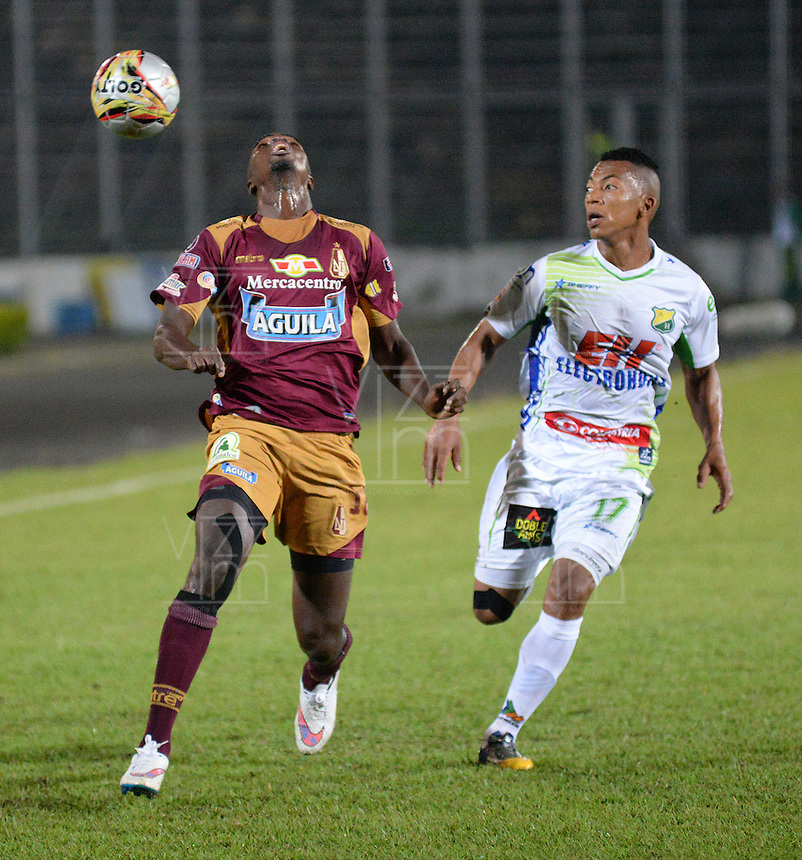 IBAGUÉ -COLOMBIA, 08-01-2014. Andres Uribe (Izq) jugador de Deportes Tolima disputa el balón con Cesar Hinestroza (Der) jugador del Atletico Huila por la fecha 10 de la Liga Aguila I 2015 jugado en el estadio Manuel Murillo Toro de la ciudad de Ibagué./ Andres Uribe (L) player of  Deportes Tolima vies for the ball with Cesar Hinestroza (R) player of Atletico Huila for the 10th date of the Aguila League I 2015 played at Manuel Murillo Toro stadium in Ibague city. Photo: VizzorImage / Juan Carlos Escobar / Cont